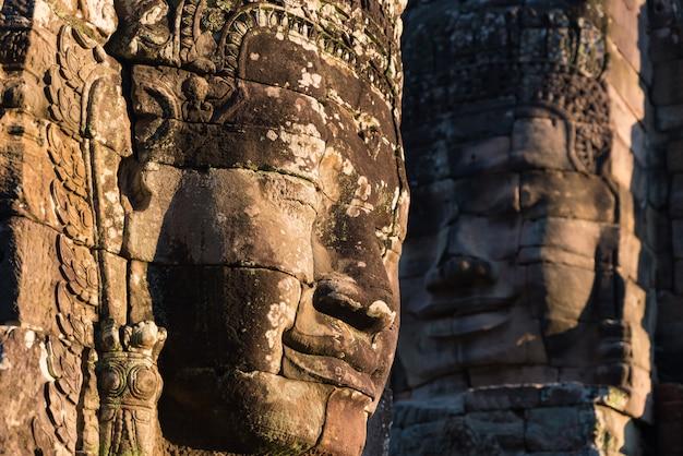 Rostos de pedra em bayon, templo de angkor thom Foto Premium