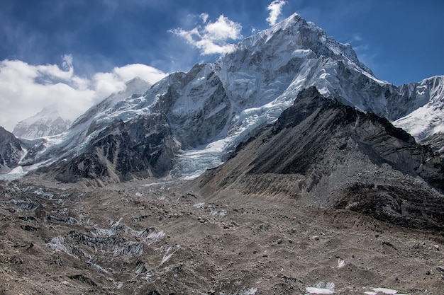 Rota para o acampamento base do everest e vista sobre a morena e as montanhas no nepal Foto Premium