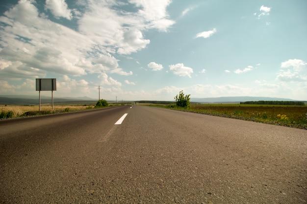 Rota sem carros no verão close-up perspectiva asfalto Foto Premium
