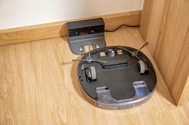 Rotação do robô aspirador de pó não funciona no ladrilho de borracha Foto Premium