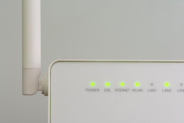 Roteador de internet sem fio branco com antena isolada Foto Premium