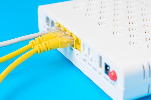 Roteador sem fio em casa com cabos ethernet plugados, close up Foto Premium