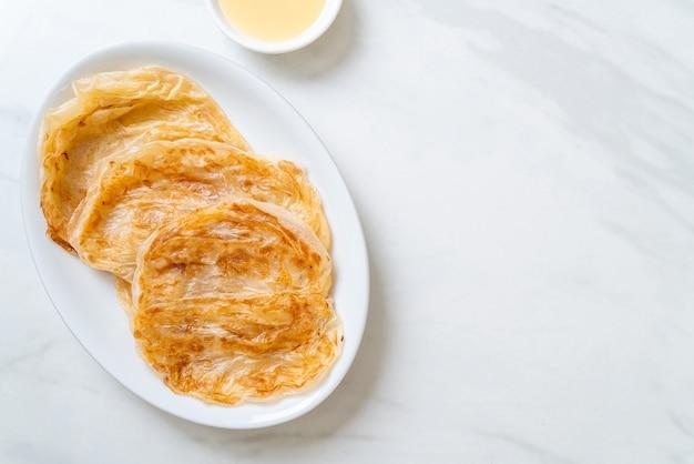 Roti com leite condensado (sobremesa) Foto Premium