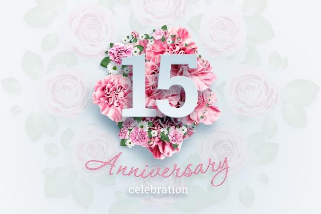Rotulação criativa 15 números e texto de comemoração de aniversário em flores cor de rosa., evento de celebração, modelo, panfleto Foto Premium