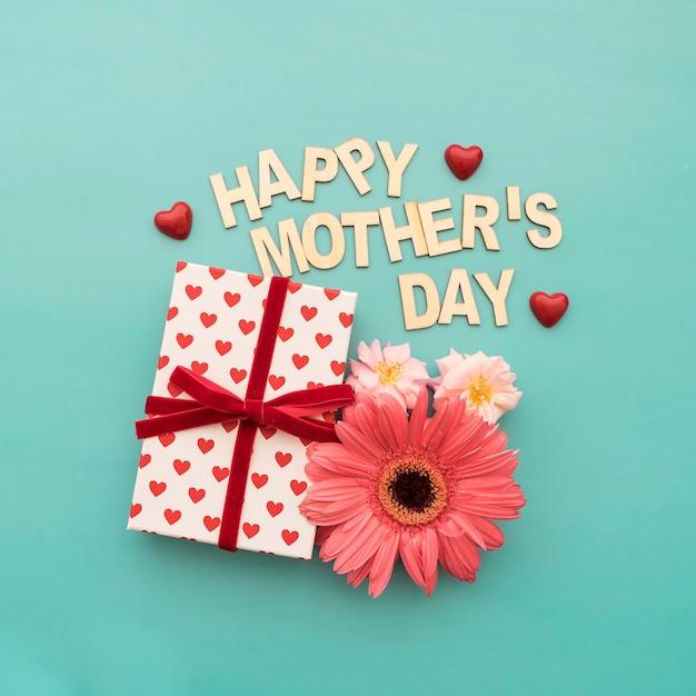 Rotulação do dia de mãe feliz, caixa de presente, corações e flores Foto gratuita
