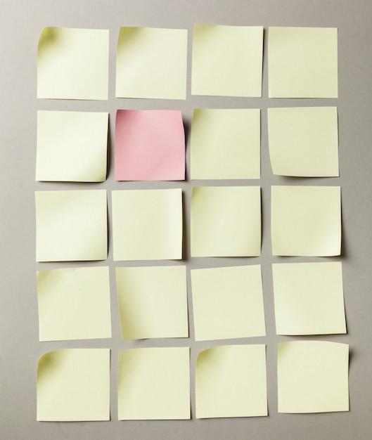 Rótulo de adesivos close-up no fundo de papel cinza Foto Premium