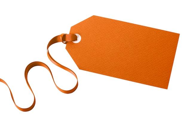 Rótulo de manila liso amarrado com fita cacheada isolada no branco Foto gratuita