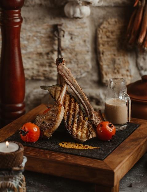 Roubar carne servida com molho e tomate Foto gratuita