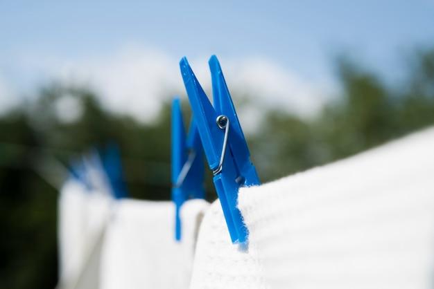Roupa branca close-up pendurado em uma corda ao ar livre Foto gratuita