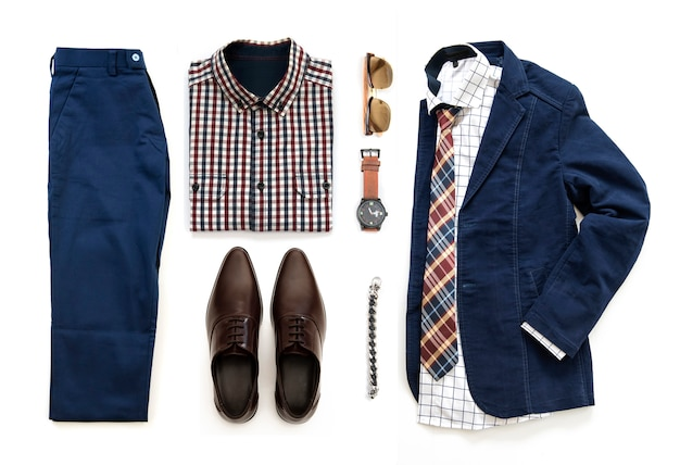 Roupa casual masculina com sapatos marrons, relógio, calças, óculos de sol, camisa de escritório, casaco azul, pulseira e pulseira isolado em um fundo branco, vista superior Foto Premium