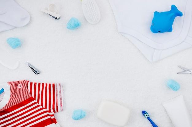 Roupa de bebê vista superior com acessórios de banho Foto gratuita
