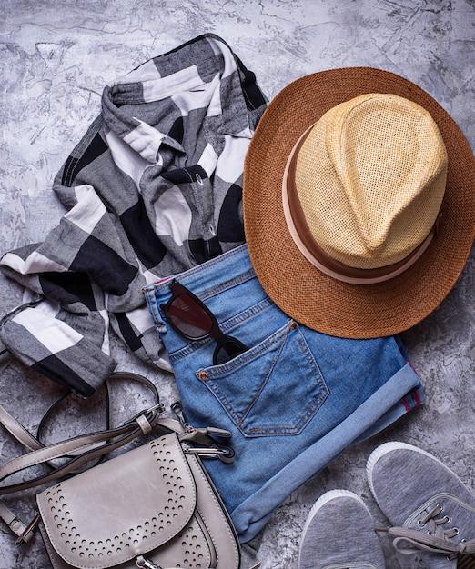 Roupa de descolados de verão meninas em fundo cinza Foto Premium