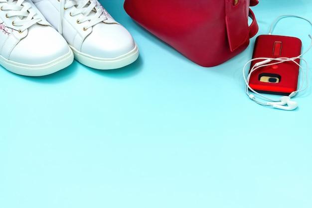 Roupa de esporte casual para jovem. fundo branco e vermelho do azul dos acessórios. Foto Premium