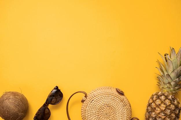 Roupa de moda feminina verão colorido apartamento leigos com saco de bambu e óculos de sol Foto Premium