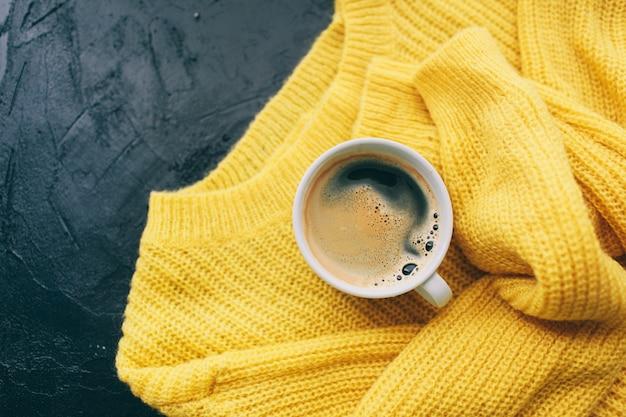 Roupa de outono e café expresso para mulher Foto Premium