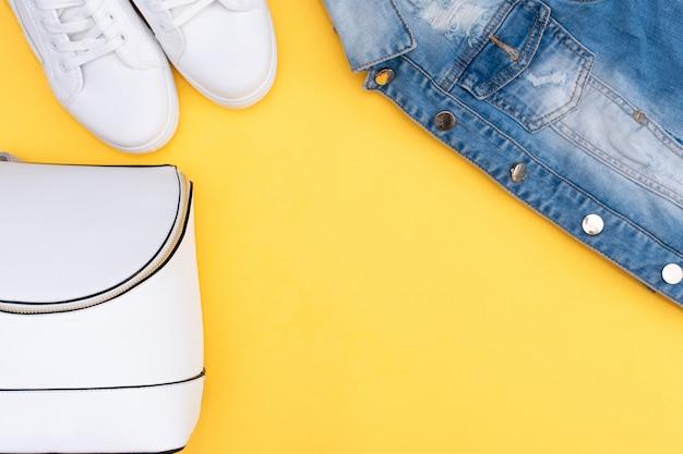 Roupa de verão: camiseta listrada, shorts jeans e snickers brancos Foto Premium