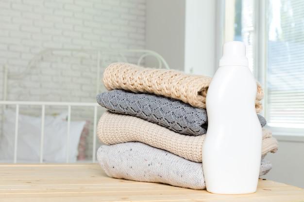 Roupa pura com detergente para a louça Foto Premium