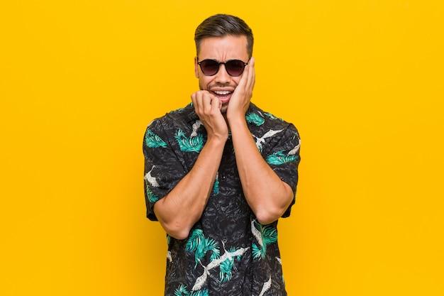 Roupa vestindo do verão do homem filipino novo que chora e que grita desconcertada. Foto Premium