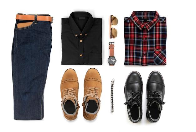 Roupas casuais masculinas com botas de trabalho, relógio, jeans, cinto, carteira, óculos de sol, camisa de escritório e pulseira isolado em um fundo branco, vista superior Foto Premium