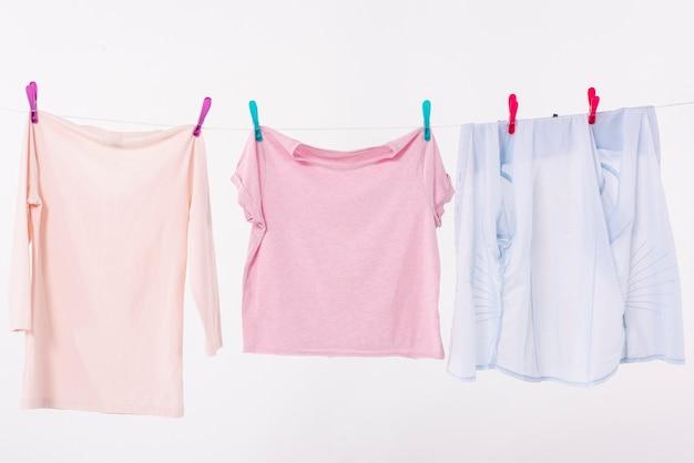 Roupas coloridas, secando no varal Foto gratuita