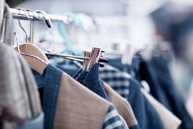 Roupas da moda em uma loja de boutique Foto gratuita