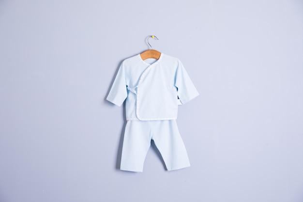 Roupas de bebê e acessórios em fundo de madeira Foto Premium