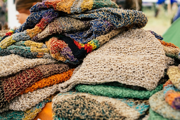 Roupas de cânhamo. tampões de cânhamo coloridos no mercado. conceito eco Foto Premium
