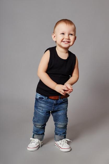 Roupas de menino moda posando Foto Premium