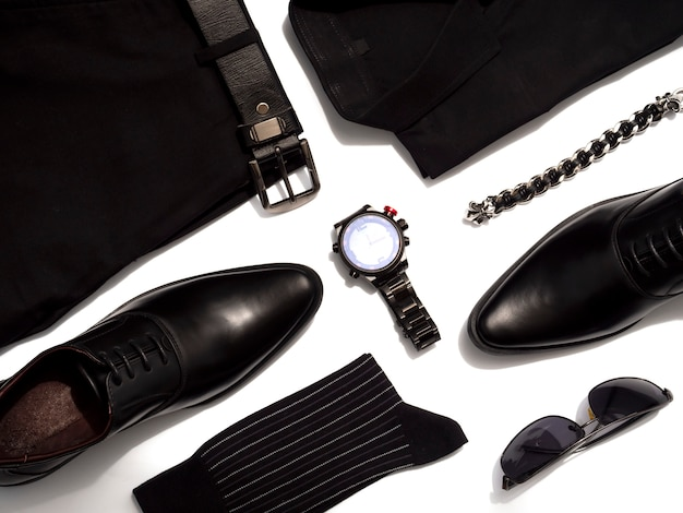 Roupas de moda criativa para homens roupas casuais definir todo o item preto isolado no branco. vista do topo Foto Premium