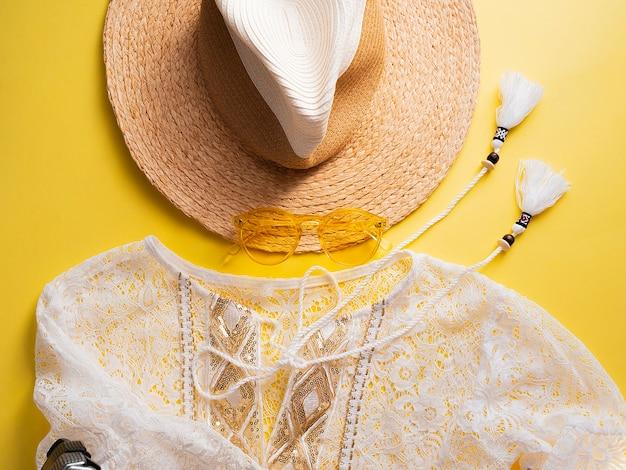 Roupas de moda mulher verão e acessório definido em amarelo Foto Premium
