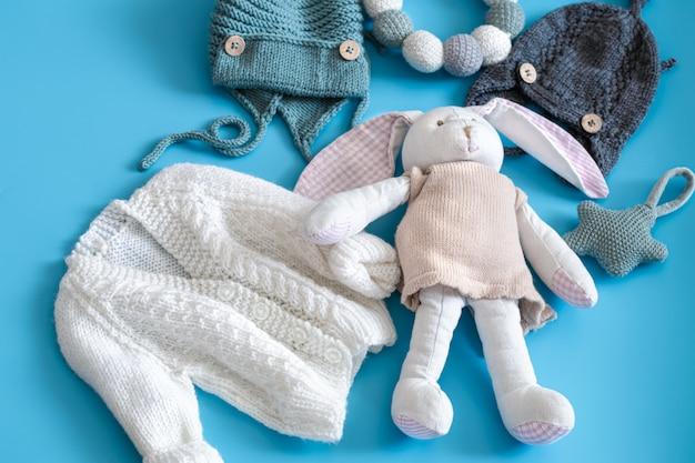 Roupas e acessórios de malha para bebês em azul Foto gratuita