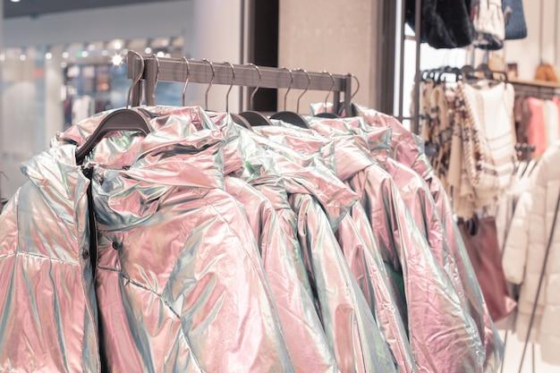 Roupas em cabides em uma loja de moda. Foto Premium
