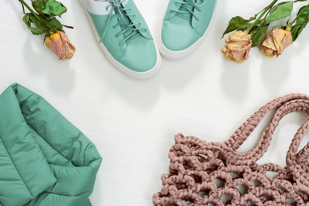 Roupas femininas quentes, jaqueta quente, sapatos e bolsa de malha ou bolsa de corda. Foto Premium