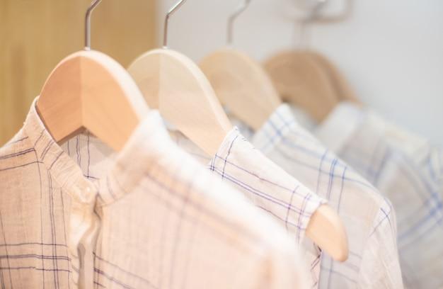 Roupas infantis na linha de roupa contra o fundo branco Foto Premium