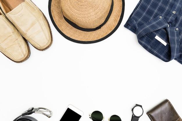 Roupas masculinas com sapatos marrons, camisa azul e óculos escuros sobre fundo branco Foto Premium