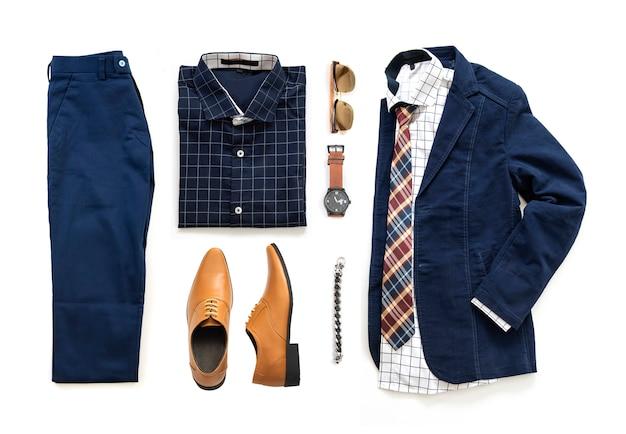 Roupas masculinas conjunto com sapatos oxford, relógio, calça azul, óculos escuros, camisa de escritório, jaqueta e gravata isolado em um fundo branco, vista superior Foto Premium