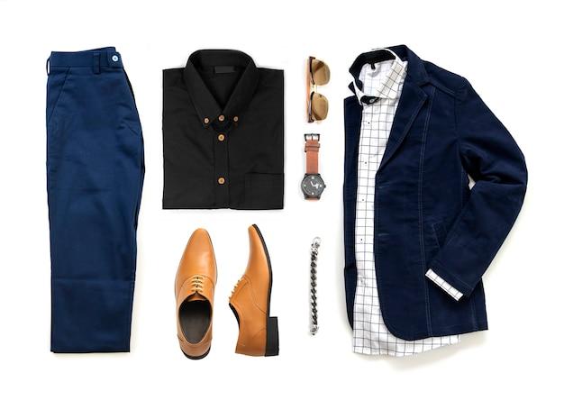 Roupas masculinas conjunto com sapatos oxford, relógio, calças azuis, óculos escuros, camisa de escritório e jaqueta isolado em um fundo branco, vista superior Foto Premium