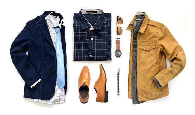 Roupas masculinas conjunto com sapatos oxford, relógio, óculos de sol, camisa de escritório, gravata e jaqueta isolado em um fundo branco, vista superior Foto Premium