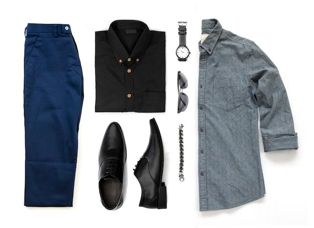 Roupas masculinas conjunto com sapatos pretos, relógio, calças, óculos escuros, camisa de escritório e pulseira isolado em um fundo branco, vista superior Foto Premium