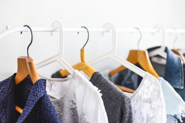 Roupas no guarda-roupa aberto Foto Premium