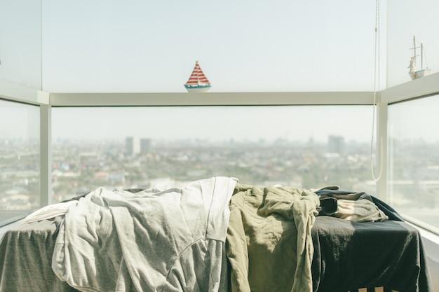 Roupas sendo secas no sol quente Foto Premium