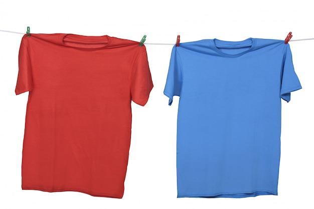 Roupas vermelhas e azuis penduradas no varal Foto Premium