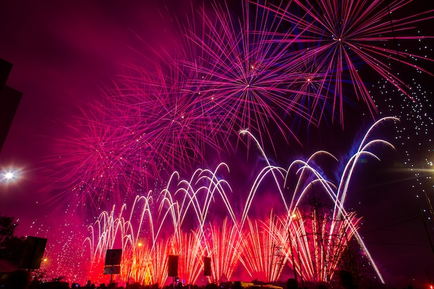 Roxos e vermelhos fogos de artifício festivos. festival internacional de fogos de artifício rostec Foto Premium