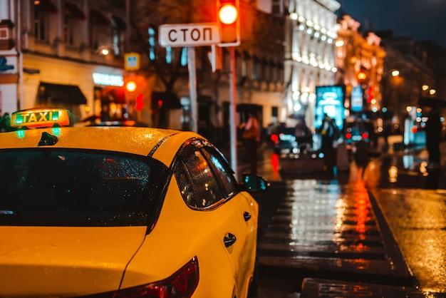 Rua à noite com trânsito Foto gratuita