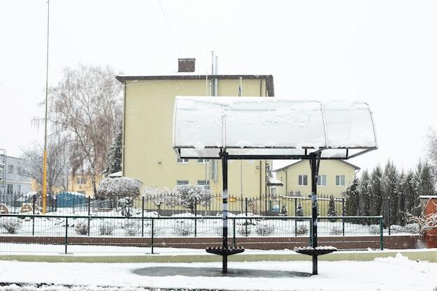 Rua coberta de neve. inverno na cidade. sujeira e lama. Foto Premium