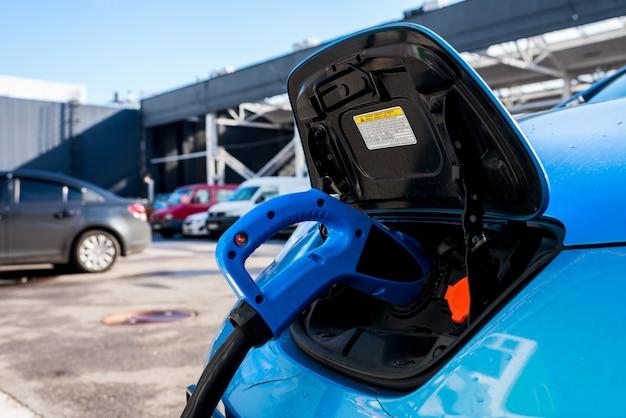 Rua cobrando carros elétricos Foto Premium