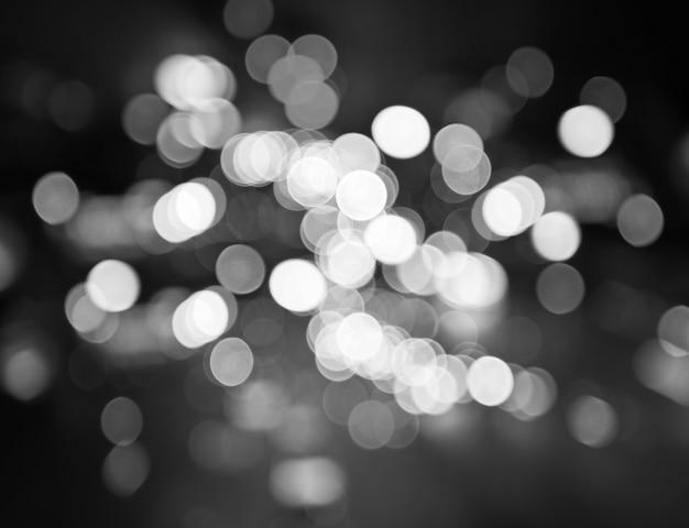 Rua da cidade à noite ilumina o fundo do bokeh, preto e branco Foto Premium