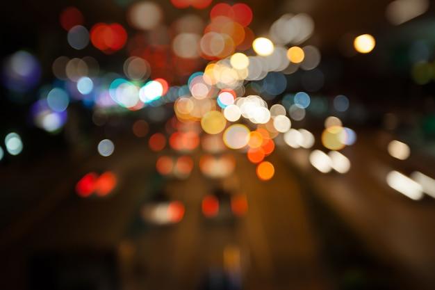 Rua da cidade de noite ilumina fundo de bokeh, conceito de escuridão Foto Premium