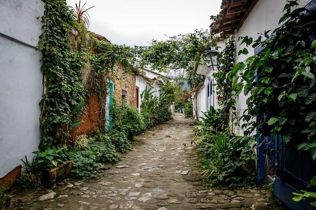 Rua da cidade velha com flores nas paredes. Foto Premium