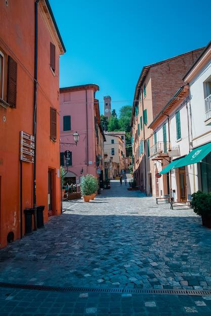 Rua em santarcangelo c vistas da capela itália Foto Premium
